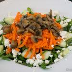Salat mit gebratenen Champignons und Schafskäse