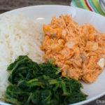 Scharfer Pulled Lachs mit Spinat und Reis