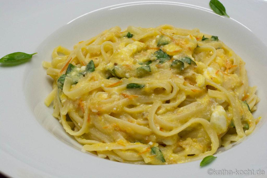 Scharfe Pasta mit gelber Tomatensauce und Schafskäse