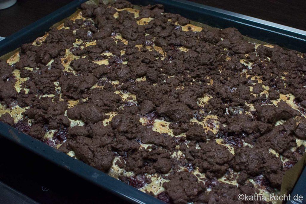 Schokoladen-Kirschkuchen mit Streuseln vom Blech