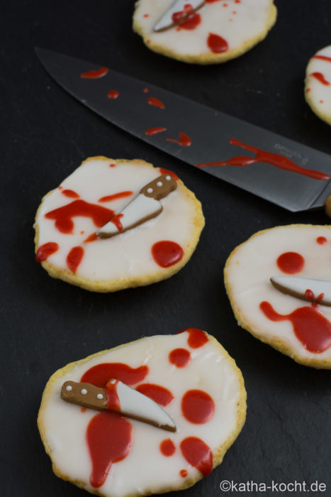 Halloween Amerikaner mit blutigen Messern