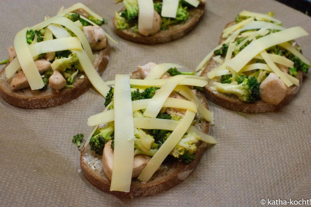 Überbackene Hähnchen-Brokkoli Brote mit Bergkäse
