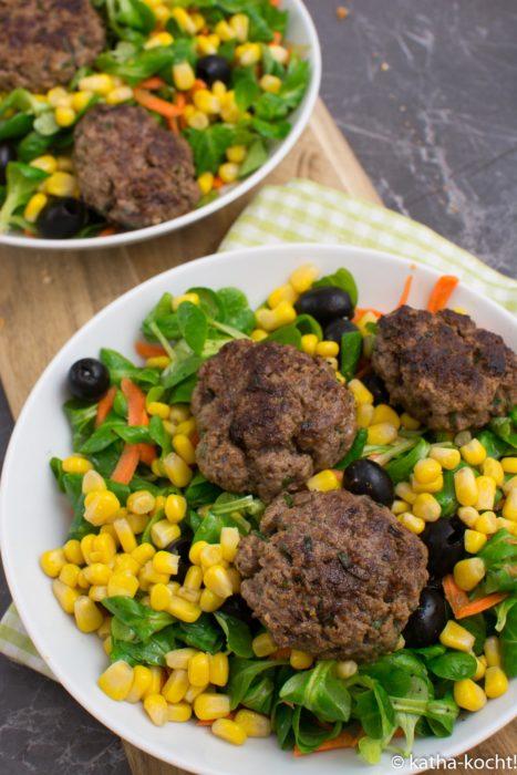 Bunter Salat mit Bouletten