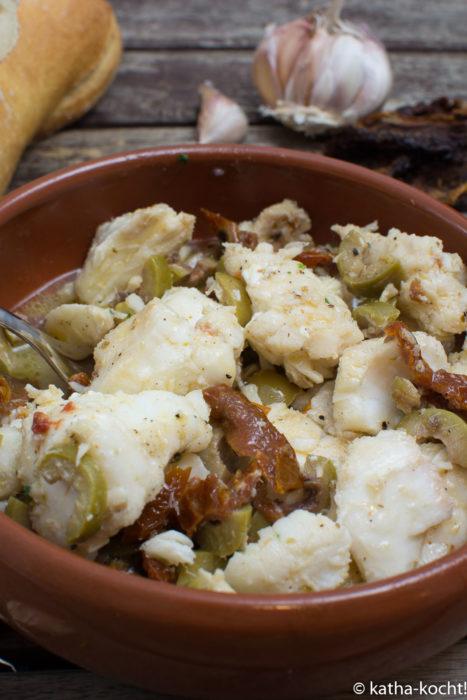 Tapas - Kabeljau mit Oliven und getrockneten Tomaten