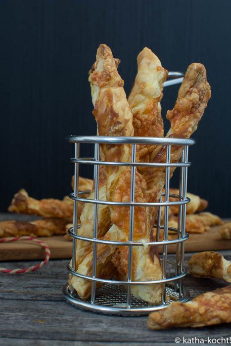 Knusprige Blätterteigstangen mit Käse - Fingerfood