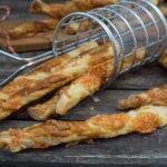 Knusprige Blätterteigstangen mit Käse