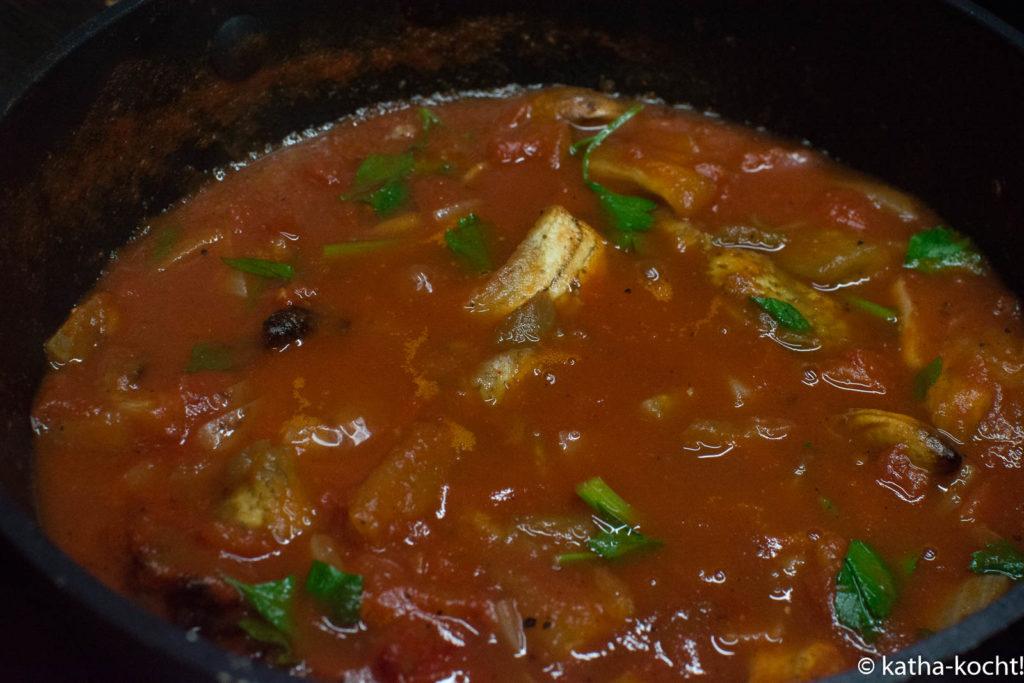 Cremige Tomatensuppe mit Aubergine und Hähnchen