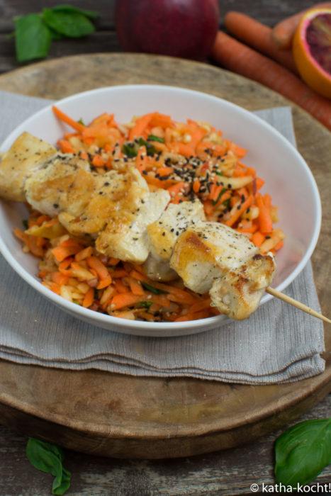 Leichter Karotten-Rohkostsalat mit Hähnchenspießen