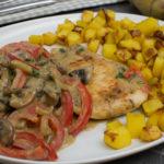 Putenschnitzel mit cremiger Paprikasauce und Kartoffeln
