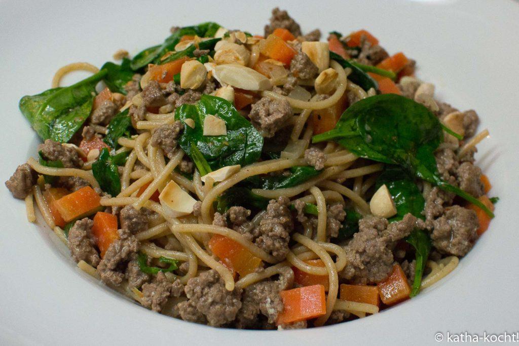 Spaghetti mit Tartar und buntem Gemüse