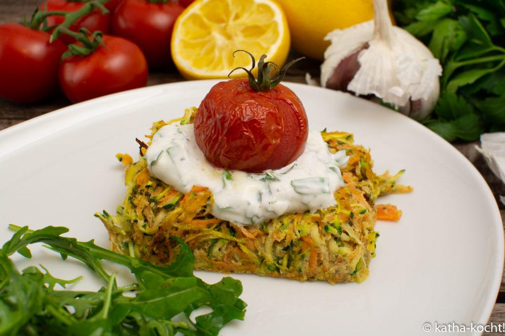 Gemüsepuffer mit Skyr und gebackenen Tomaten