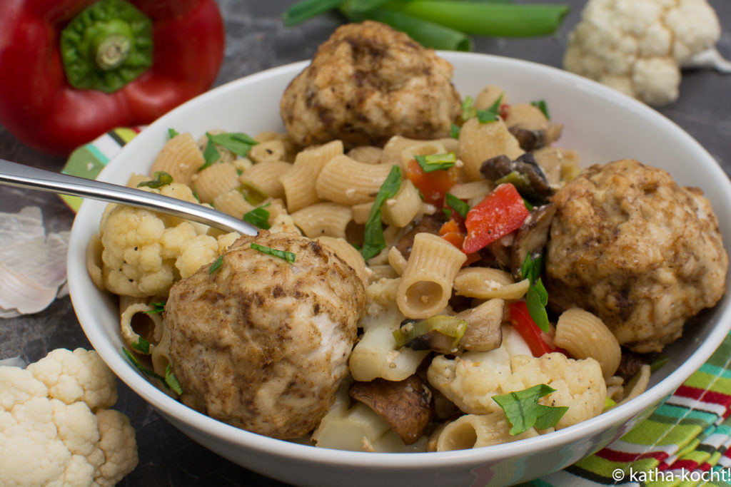 Nudelpfanne mit buntem Gemüse und Geflügelhackbällchen