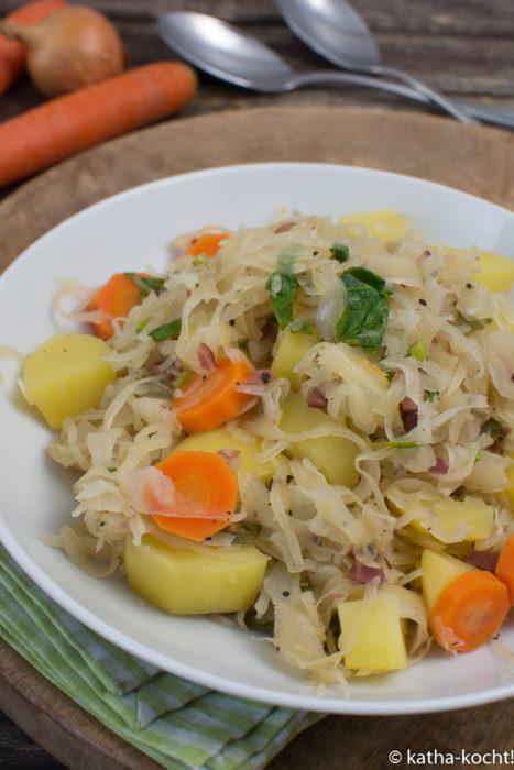 Sauerkrautpfanne mit Speck und Kartoffeln
