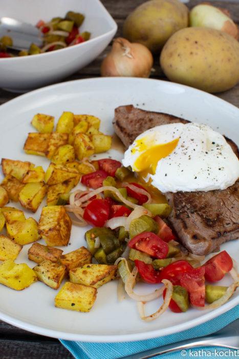 Bauernfrühstück mit Kalbssteak und pochiertem Ei
