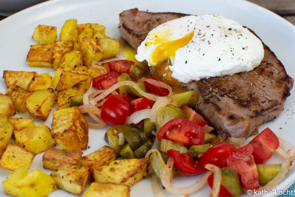 Bauernfrühstück mit Kalbsschnitzel und pochiertem Ei