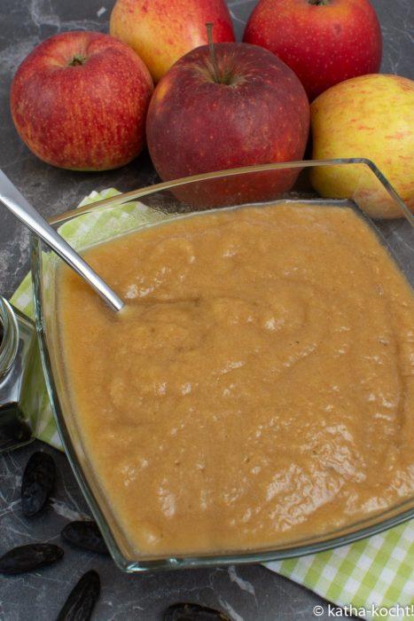 Apfel-Rhabarbermus mit Tonkabohne aus dem Ofen