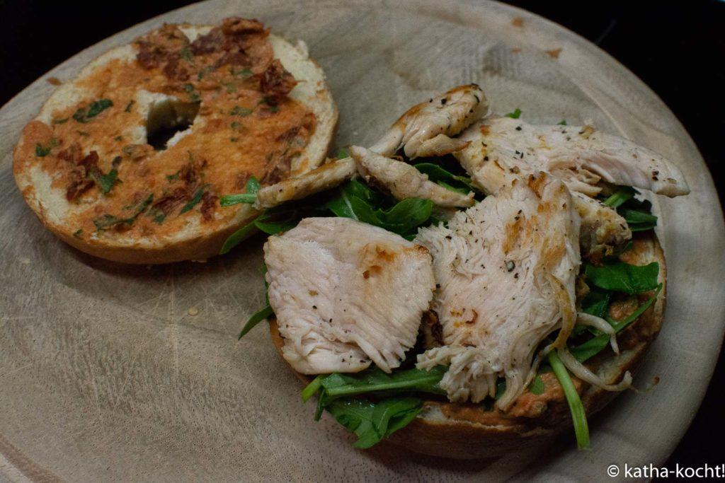 Hähnchen-Bagel mit gegrillter Zucchini und Tomatencreme