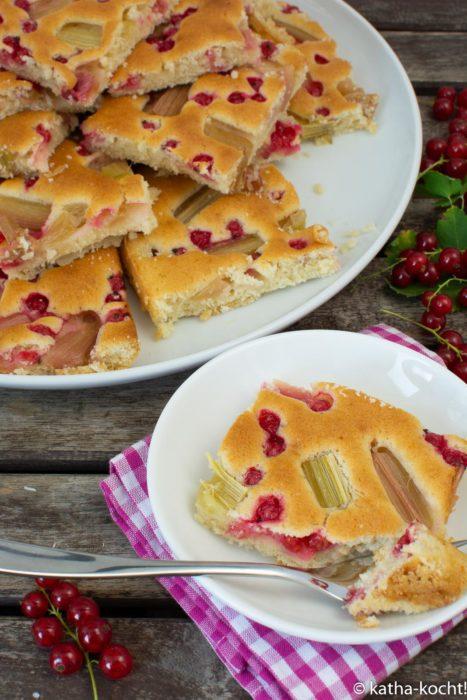Rhabarber-Johannisbeer Kuchen vom Blech - ohne Ei