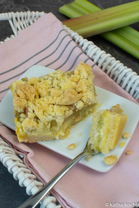 Rhabarber-Streuselkuchen mit Puddingfüllung und Streuselboden