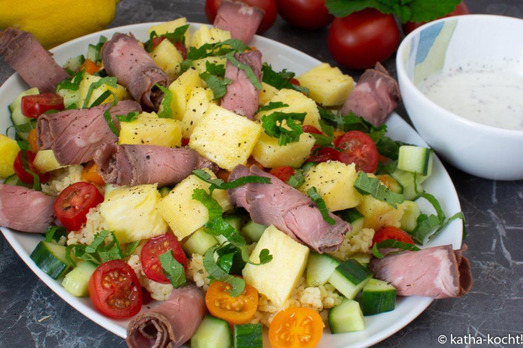 Roastbeef mit Ananas auf Bulgursalat