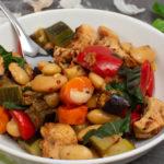 Buntes Balsamico-Ofengemüse mit Hähnchen und weißen Bohnen
