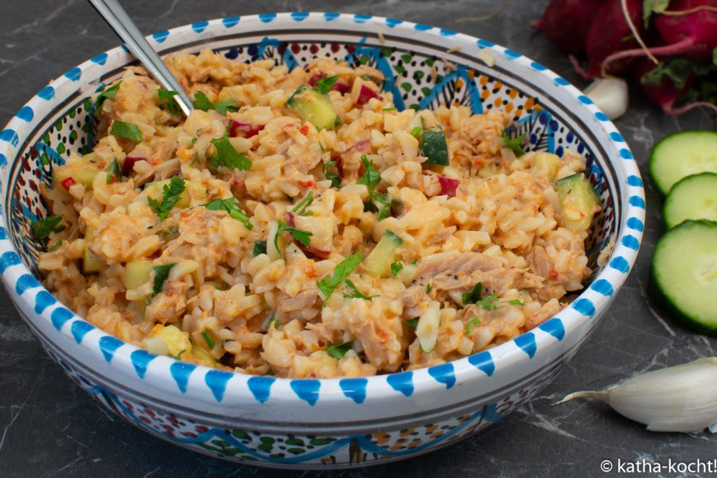 Thunfisch-Kritharakisalat mit Gurke und Radieschen