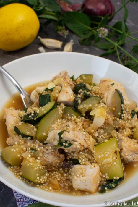 Hähnchen-Zucchini-Pfanne mit Quinoa und Salzzitronen