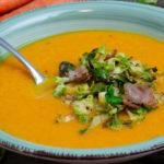 Kürbis-Karottensuppe mit Rosenkohl-Speckeinlage