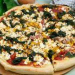 Salamipizza mit Spinat und Schafskäse