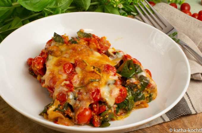 Brotauflauf mit Tomaten und Spinat
