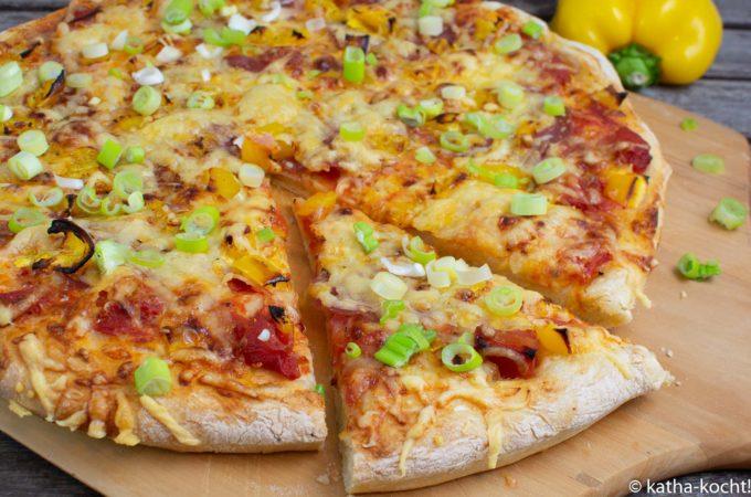 Pizza mit Kochschinken und Paprika