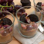 Schokoladen-Mascarponecreme mit Weintrauben und Oreo Keksen