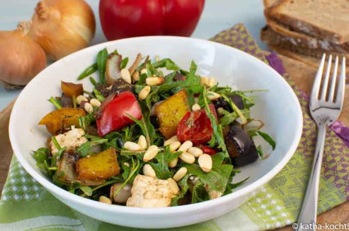 Frischer Salat mit Balsamico-Gemüse