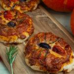 Halloween-Pizza mit Spinnen in Tomatensauce
