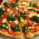 Salamipizza mit Paprika und Spinat