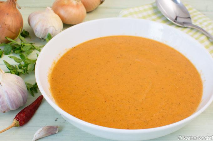 Tomaten-Zucchinisuppe mit Ziegenkäse