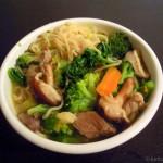 Asiatische Nudelsuppe mit Schwein und Gemüse