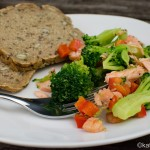 Brokkolisalat mit Lachs und Garnelen