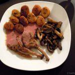 Lammkoteletts mit Süßkartoffelgnocchi und Pilzen in Preiselbeersauce