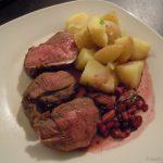 Reh mit Salzkartoffeln und Granatapfelsauce