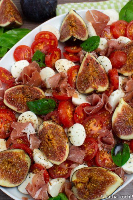 Tomate-Mozzarella Salat mit Feigen und Serranoschinken