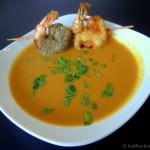 Karotten-Kokos Suppe mit Koriander und Garnelenspieß