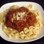 Tagliatelle mit geschmortem Rindfleisch in Tomatensauce