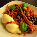 Hähnchenbrustfilets mit Mozzarella überbacken und tomatigen Tagliatelle