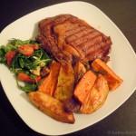 Bison-Steak mit bunten Kartoffelspalten und würzigem Salat