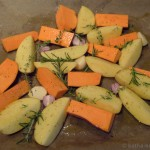 Bunte Kartoffelspalten mit Kräutern vom Blech