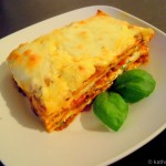Lasagne mit Hackfleisch-Tomatensauce und Basilikumcréme