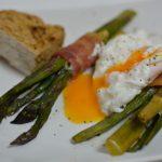 Grüner Spargel im Speckband mit pochiertem Ei und Kartoffeln