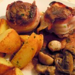 Lammhüfte im Pancettaband mit Thymiankartoffeln und Rotweinsauce