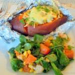 Süßkartoffel mit Hähnchen-Ziegenkäse Füllung und Salat